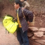 Отец ежедневно по 6 часов несет на себе сына ради учебы