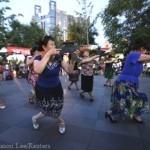Китаянки танцуют с оружием в руках в центре Пекина