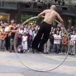 Уличный артист магически кружит головы зрителям (видео)