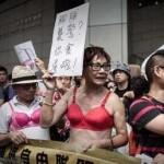 Женскую грудь приравняли к оружию в Гонконге