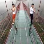 Стеклянный мост в Китае открыли для героев