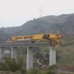 Чудовищных размеров гигант строит мост в Китае (видео)