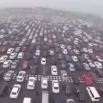 Самая большая пробка в Китае на 50-полосной дороге (видео)