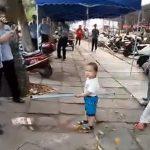 Мальчик-телохранитель покорил Китай (видео)