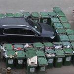 Мусорщик оригинально наказал нарушителя парковки в Китае