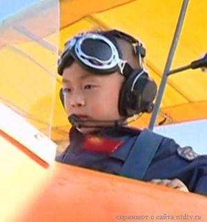 В 5 лет ребенок уже управляет самолетом