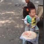 Малыш 3 лет из Китая стал курильщиком (видео)