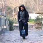 Китаец показал возможности велосипеда с одним колесом (видео)