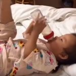 Ребёнок придумал необычный способ держать бутылку (видео)