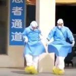 Медики в Китае танцуют возле больницы известный танец ( видео)